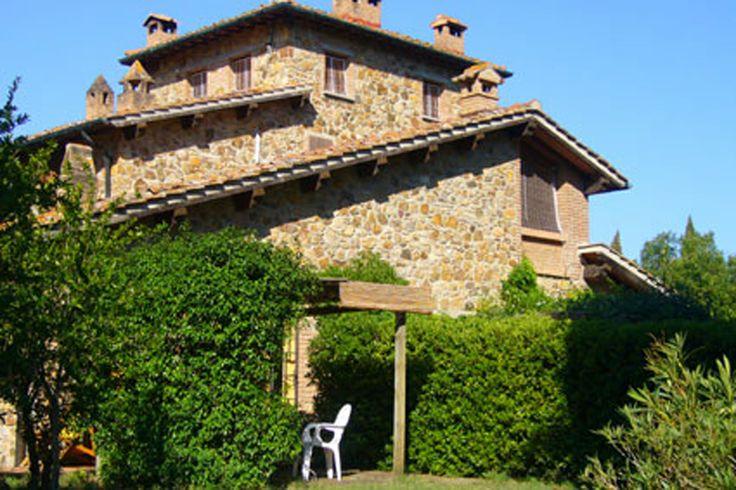 Op een groene en rustige plek Suvereto, ligt het fraai gerestaureerde Poggetto Masino. Deze voormalige boerderij staat op een eigen terrein van 20 hectare bos en olijfboomgaard. Vijf vakantiewoningen zijn daar verdeeld over drie huizen, omringd door een forse tuin. Op het landgoed aangekomen zult u direct merken dat dit een uitzonderlijke plek is. Meer info: http://www.villagrande.nl/vakantiehuizen/italie/toscane/toscaanse-kust-elba/311,agriturismo-poggetto-masino-1/