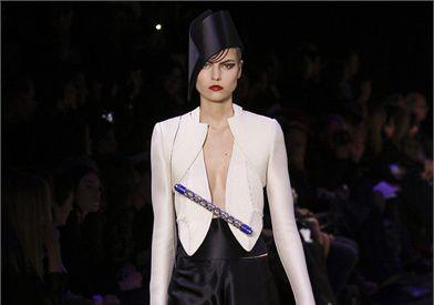 Giorgio Armani stupisce il pubblico dell'Alta Moda di Parigi con la sua collezione ethno-chic per la p/e 2013