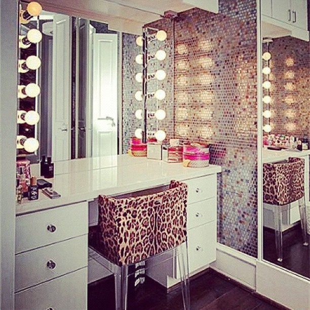 Cute make up station! I need this with lots of light! One side of the bathroom the vanity - other side sinks...