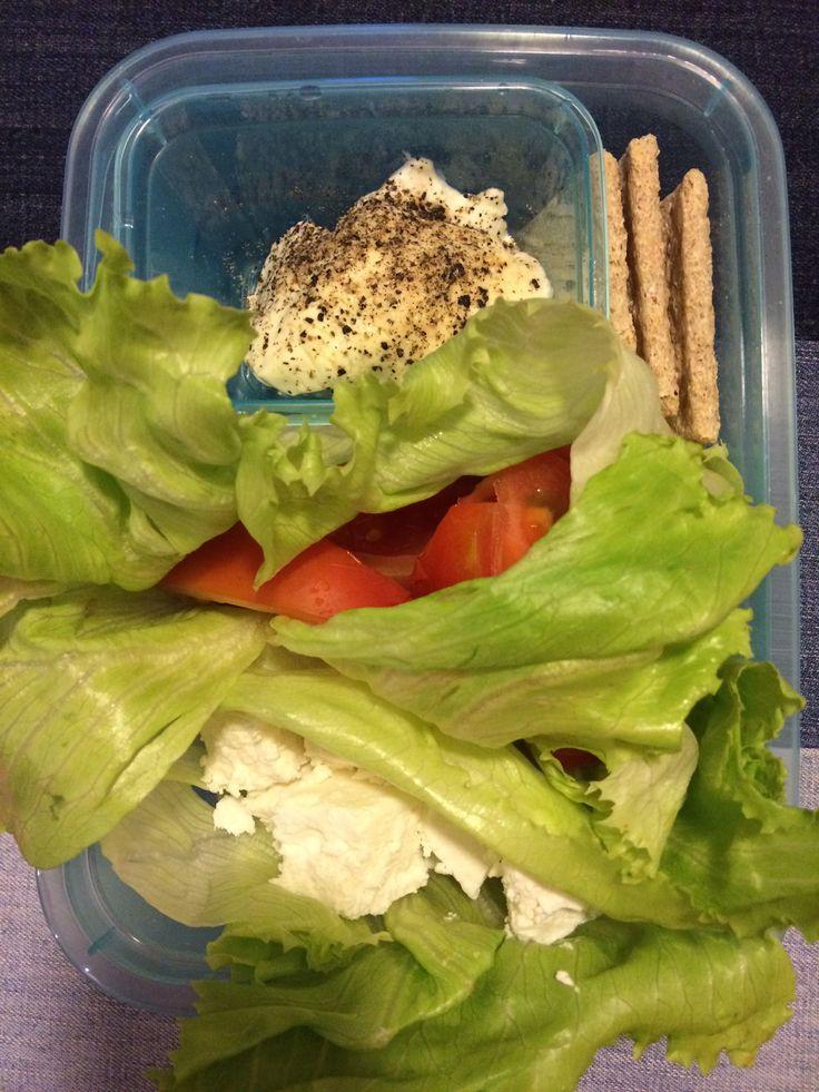 ser kozi, pomidor, liść sałaty, jogurt z majonezem, pieczywo chrupkie 😋🍴🍱