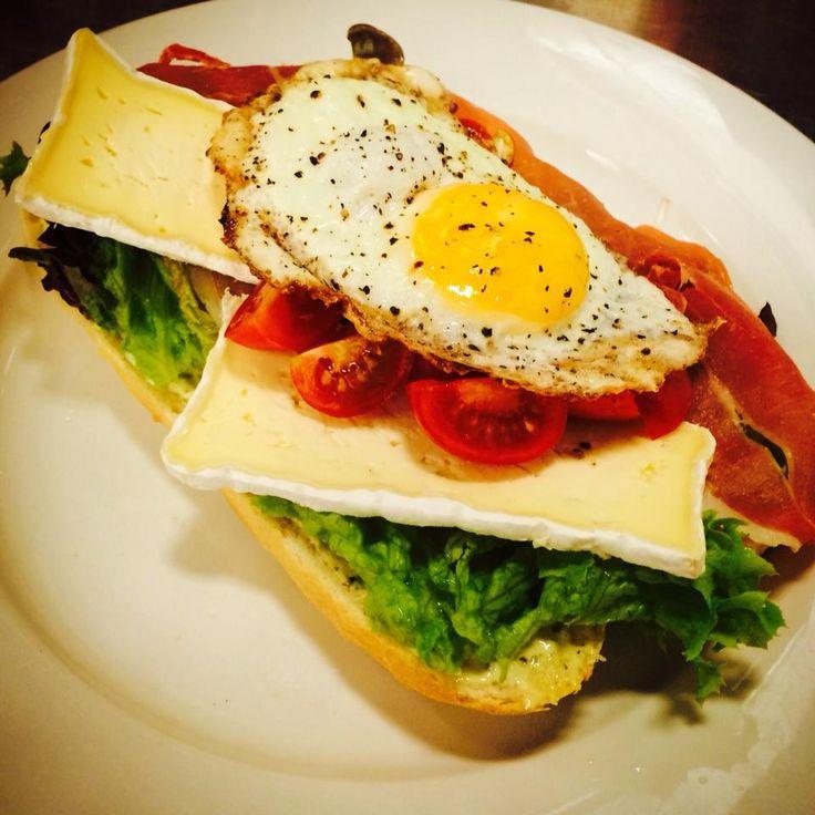 Dit heerlijke broodje is verkrijgbaar bij Le Grand Café op de Korenmarkt. Een afgebakken pistolet met roombrie, serrano ham, spiegel eitje, honing mosterd mayonaise, gemengde sla en cherry tomaatjes!