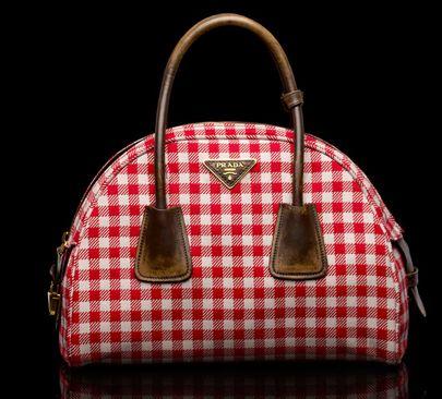 Rosso e bianco a quadretti per la bag firmata Prada. www.viceversa.com