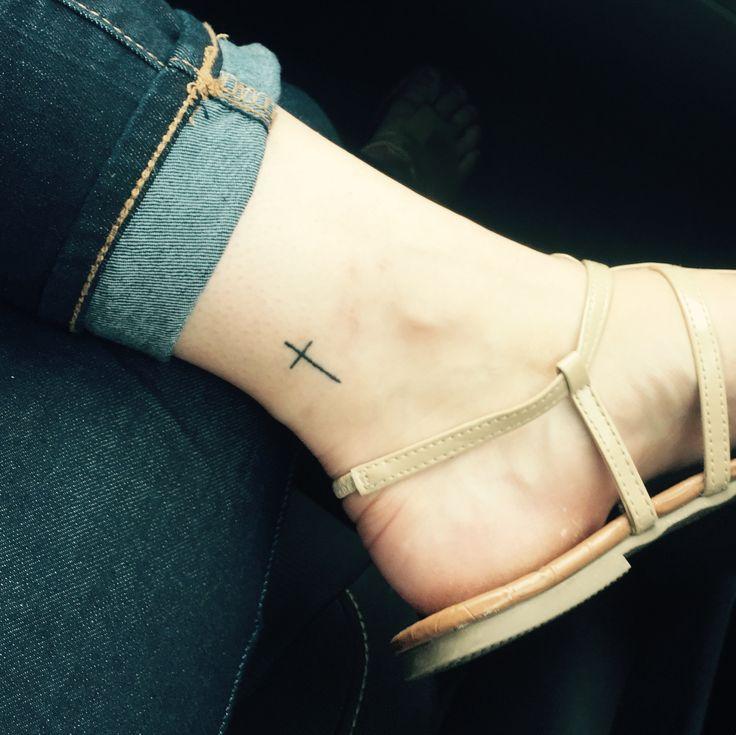 Tiny Simple Cross Tattoo am Knöchel