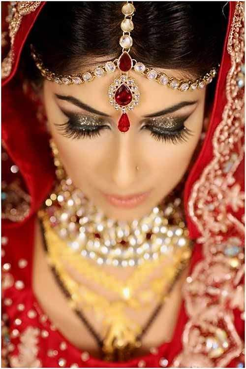 Bengali-bridal-look-with-Kundan-jewelry. With all that going on, I wouldn't pay any attention to the wedding. Gorgeous, gorgeous, gorgeous!