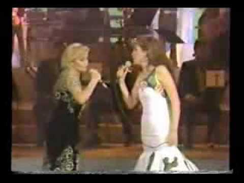 """Rocío Dúrcal y Guadalupe Pineda cantando a dueto uno de los éxitos de Rocío: """"Costumbres"""", durante el programa-homenaje que se le hizo a Rocío Dúrcal por sus 35 años de carrera en el extinto progama """"Siempre en Domingo"""""""