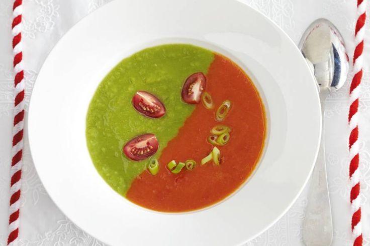 Kunst op tafel: groene- en rodepaprikasoep in één bord. Makkelijker dan je denkt - Recept - Allerhande