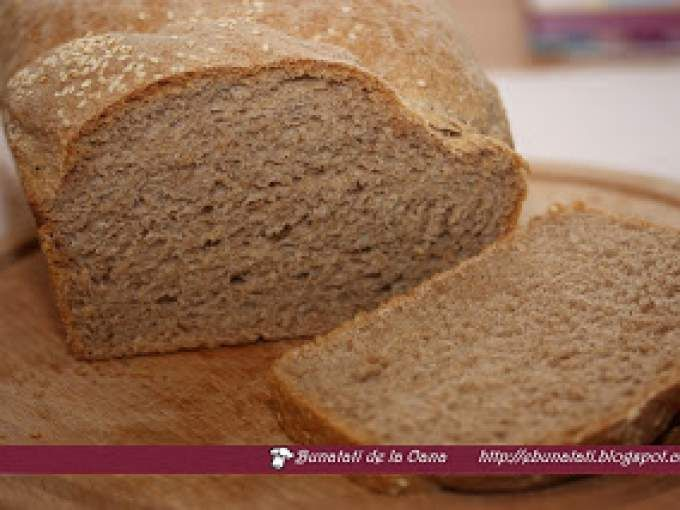 Se seteaza masina de paine pe program de paine cu seminte, gramaj 1000 g, crusta dupa preferinta. Inainte de incepepea ciclului de coacere, imediat dupa ultima framantare se pot adauga deasupra seminte de susan pentru decor. - Rețetă Altele : Paine...