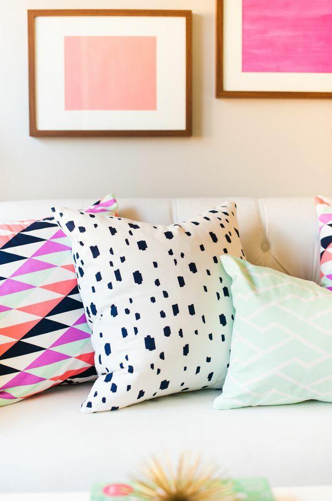 convinar color cojin colorido con algun elemento decorativo dl mismo color o misma gama
