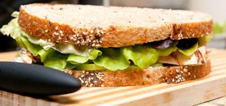 Sandwich met verse kipsalade