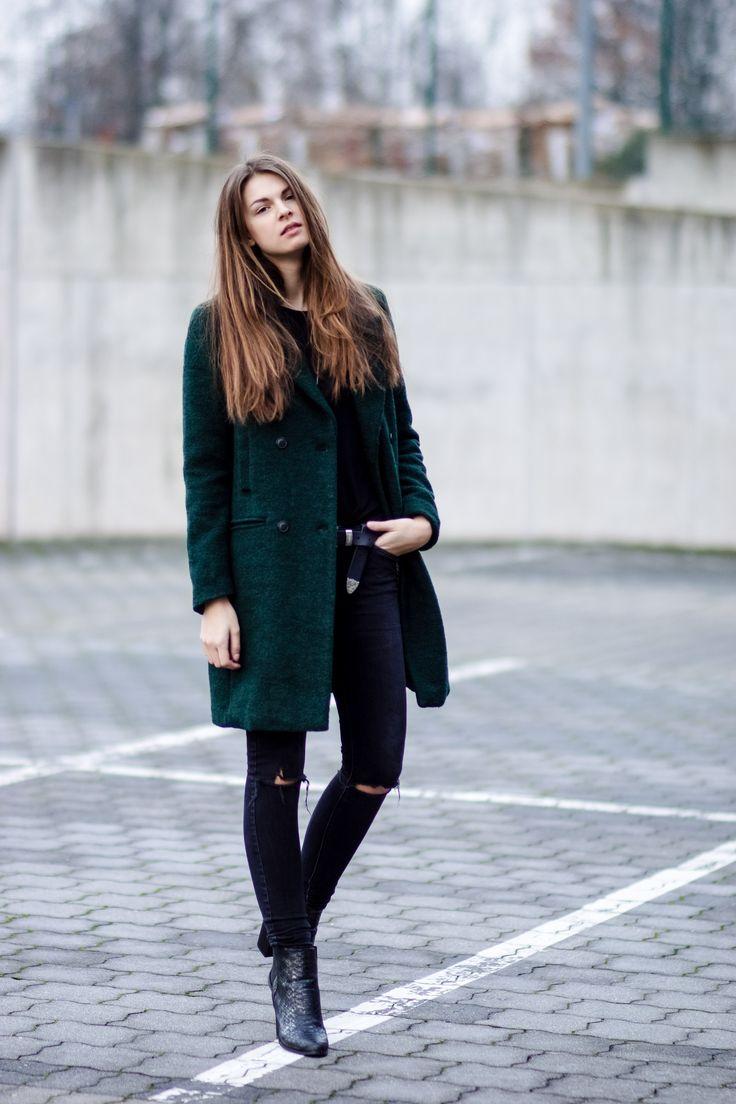 #modeblog #fashionblog #whaelse #inspiration #outfit #fashion #streetstyle #howtowear #greencoat #blackjeans #rippedjeans #destroyed #snakeprint