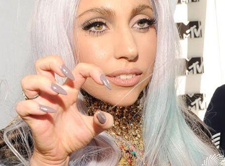 Un bel #nudelook per Lady Gaga, ma ovviamente unghie a stiletto!