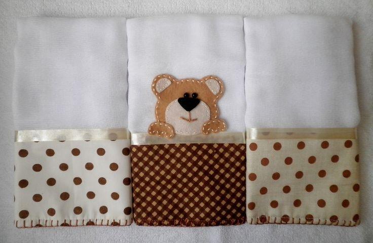 Kit com 3 Fraldinhas de boca, tamanho aprox. 30 x 30 cm, tecido duplo, com aplicação de ursinho. Faixas de tecido poá (100% algodão), acabamento com fita de cetim bege e borda de crochê em linha. <br> <br>Alta absorção, ideal para a pele delicada do bebê. <br> <br>Pode ser feita em outras cores e/ou outras aplicações. <br> <br>* As estampas do tecido podem variar conforme disponibilidade no mercado. No entanto, ao substituir, será usado um padrão de estampa com cores próximas a estas.