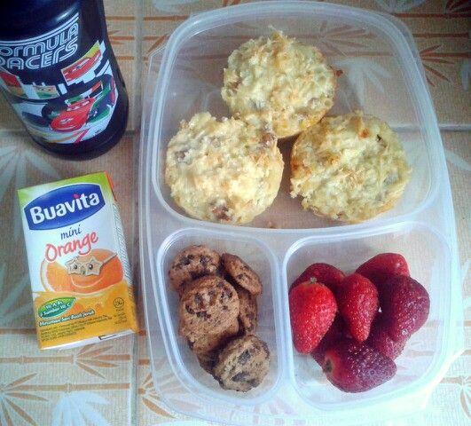 Attar's lunch box (08SEP15) : baked macaroni schotel, strawberries, mini choco chips cookies, orange juice and mineral water.  Have a happy Tuesday! Xxx
