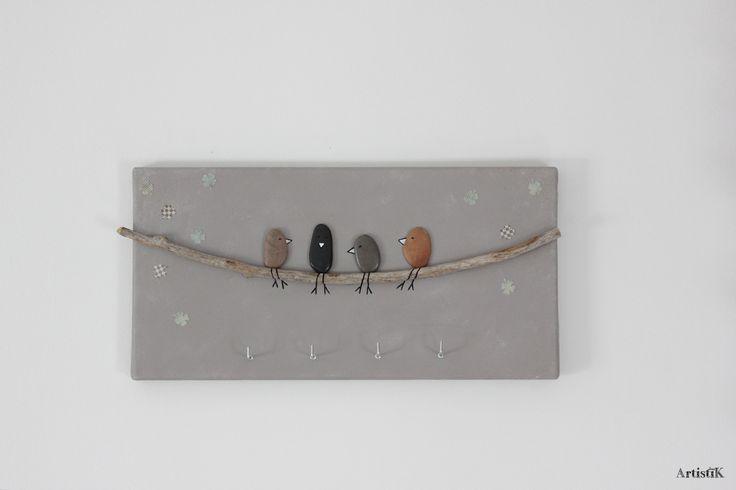 Tableau galets bois flotté porte clés oiseaux fond taupe beige 'copains' dessin humoristique 40x20cm