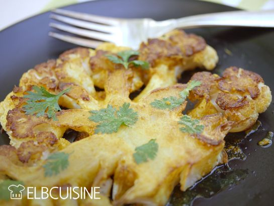 Roasty cauliflower oder auch ganz profan Blumenkohlsteak - Mein neues Lieblingsgemüse muss ich euch unbedingt zeigen, auf englisch klingt es viel netter und genau so köstlich wie es schmeckt: roasty cauliflower. Ich habe es auch auf einem englischsprachigen Blog entdeckt und finde es so genial schmackhaft und einfach in der Zubereitung. Blumenkohl gehört nicht wirklich zu meinem Lieblingsgemüse, aber so zubereitet ist es ein wahrer Gaumenthrill. #kohl #steak #blumenkohl #gesund #elbcuisine