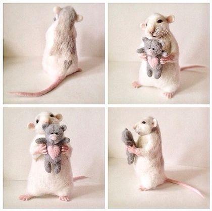 Купить или заказать Авторская игрушка 'Влюбленный Крыс' в интернет-магазине на Ярмарке Мастеров. Крысик создан в технике сухого валяния из тонкой шерсти мериноса,глазки -стекло, в лапках игрушка -мишка с сердцем,на спинке сердечко...нашел любящую семью...…