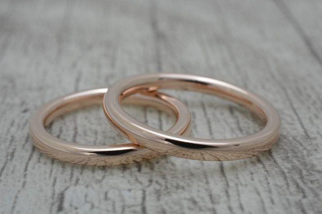 Die Trauringe/Eheringe sind aus 585 Gold gefertigt. Attraktive handgefertigte Partnerringe oder Eheringe aus massivem 585 Rotgold. **Der Preis beinhaltet 1 Ring**. Weitere mögliche Varianten:...