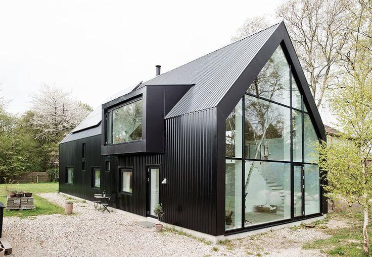 Selvbygget hus i sorte ståltrapezplader