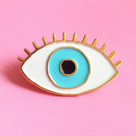 *** EDITION LIMITEE ***  Pins oeil bleu porte bonheur! Réalisés en édition limitée en métal finition or brillant, et émaux colorés blanc, bleu et