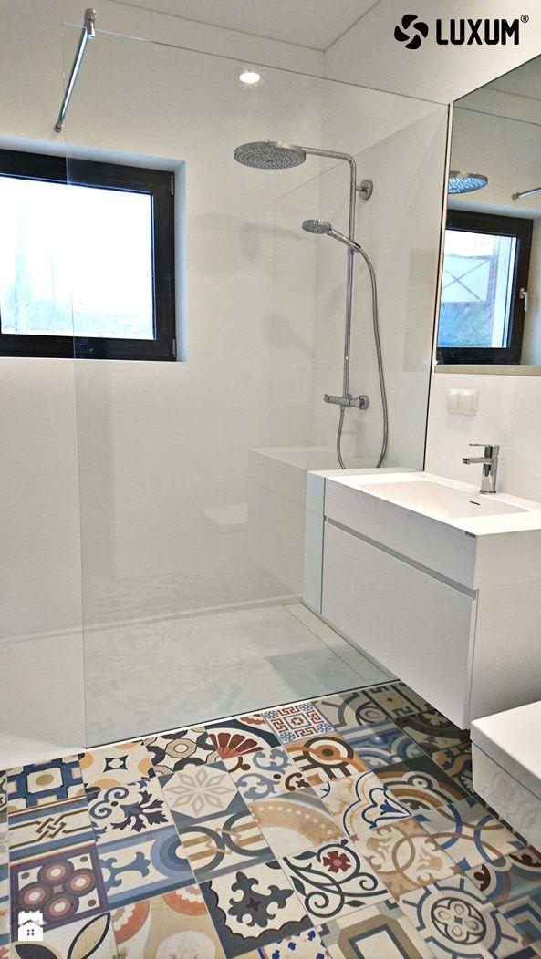 Nowoczesna, biała łazienka z mocnym akcentem kolorystycznym. - zdjęcie od Luxum - Łazienka - Styl Minimalistyczny - Luxum