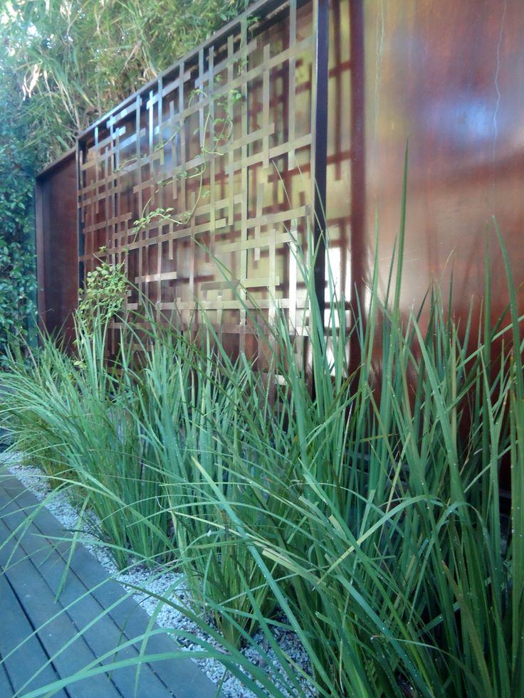 ODA al VERDE, mural construido en 2 paneles de hierro superpuestos. publicado en revista jardin primavera 2013. small garden . iron