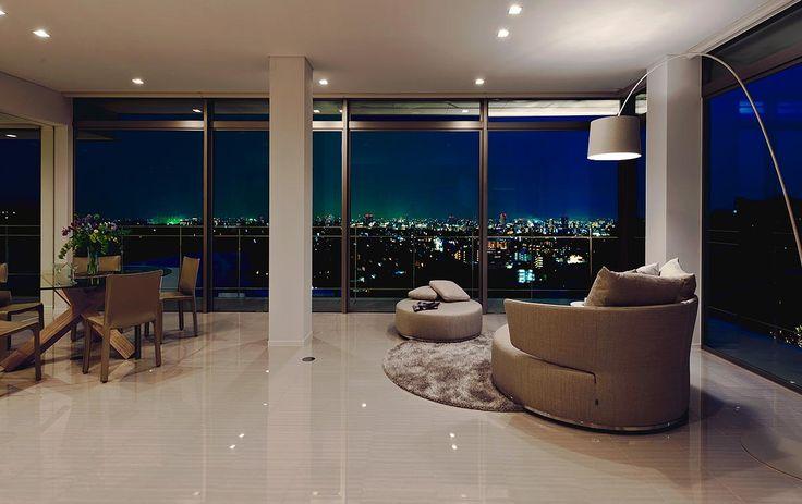煌びやかに灯をともす街を臨む 建築実例 高級注文住宅│アーネストアーキテクツ