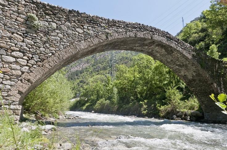 Hay mil rincones por descubrir mientras disfrutas de un tranquilo paseo, o de las diferentes rutas de trekking que puedes encontrar en Andorra. Como por ejemplo el antiguo puente de San Antoni, situado en la Massana #trekking #vacaciones #viajar #andorra #nuevosdestinos
