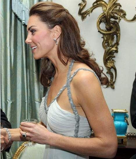 Kate Middleton porte elle aussi des extensions de cheveux en bandes adhésives comme celle-ci : http://www.royalextension.com/fr/catalogue/produit/extensions-adhesives-/-tape-raides-46-cm-russian-hair.38-401.html