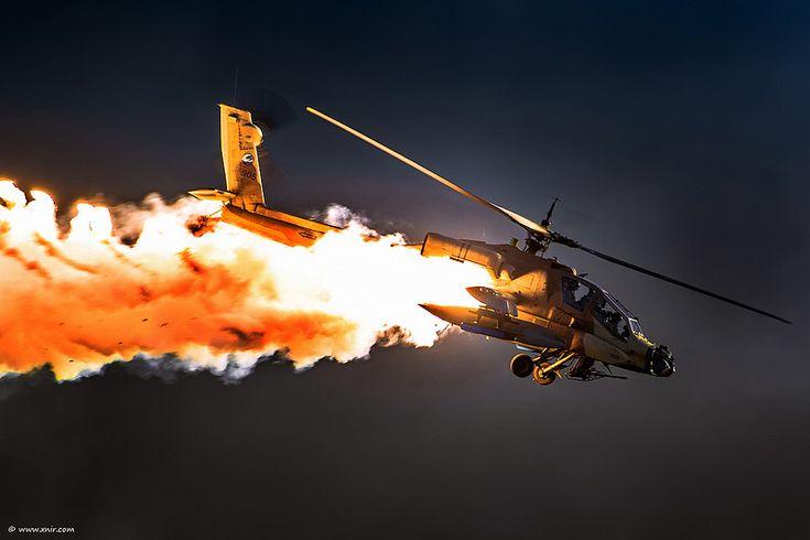 Apache AH-64 lanzando bengalas en la oscuridad