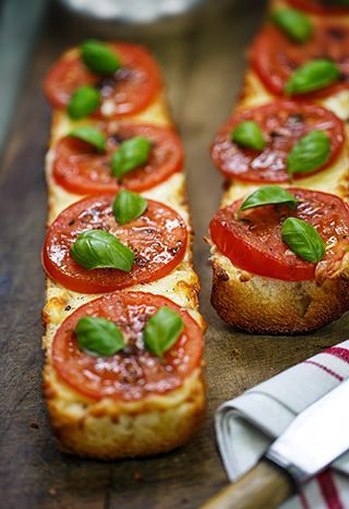 Pizza de pan francés con tomate, mozzarella, albahaca y llovizna balsámico-ajo