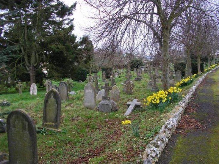 La tierra de cementerio y su utilización en los hechizos es un tema controvertido. Se la asocia a rituales de magia negra pero también puede ser utilizada