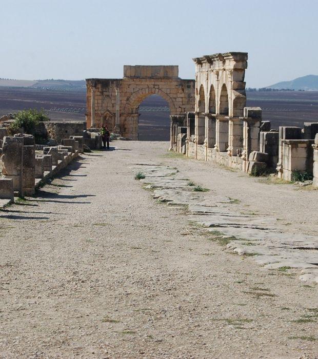Volubilis cité Romaine ancienne abandonnée en 285 par les Romains : Vue du decumanus maximus, l'un des deux axes principaux de la ville. Crédits photo : Jonathan Wallace (Flickr)