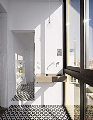 Koupelna přechází v intimnější prostor se sprchou a toaletou, oddělený zasunovacími zrcadlovými dveřmi