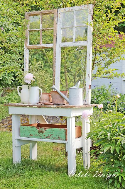 An old table, a tray and two beautiful old windows .... there was suddenly a small room in the garden