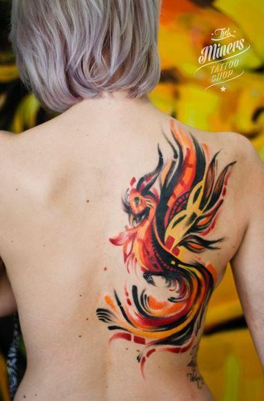 Tatuaje de Ave Fénix, el pájaro mítico que se asocia con el renacimiento, la vida y la creatividad. En otro artículo de Blogtatuajes