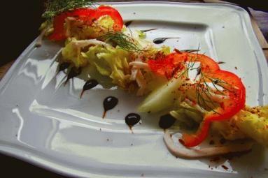 Zdjęcie - Sałatka z melonem i nitkami szynki - Przepisy kulinarne ze zdjęciami
