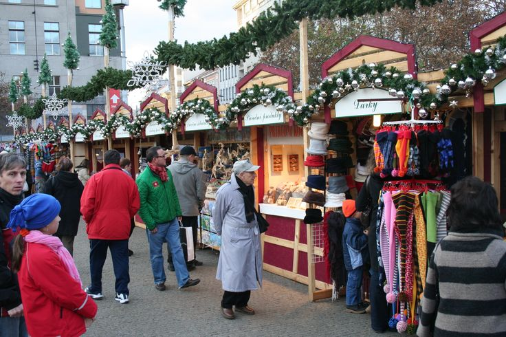 tradiční řemeslné výrobky, pletené doplňky, obrázky, výrobky ze dřeva, proutí, keramiky či kůže, punč a svařené víno, produkty z medu, sušené ovoce, ořechy, klobásy,  čaje, vánoční ozdoby, zajímavé dárky a hračky - Vánoční trhy Praha