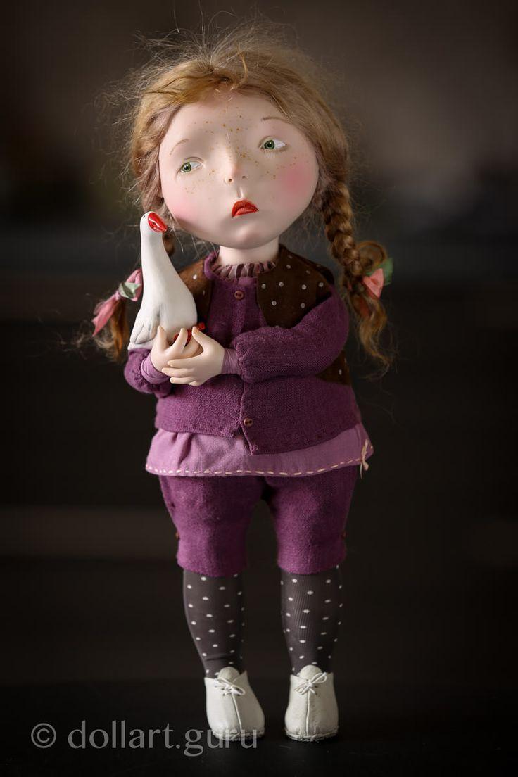Кукла из коллекции 2014 года. Выполнена в единственном экземпляре.  Голова, ручки и ножки выполнены из материала Living Doll (полимерный пластик). Туловище текстильное набивное.  Глазки рисованные, зеленые. Румяные щечки, лицо в веснушках. Парик выполнен из высококачественного мягчайшего мохера, волосы заплетены в косички, завязанные нарядными атласными розовыми и зелеными ленточками. На кукле костюм из льняной ткани с жилеткой в бордовом тоне, на ножках коричневые в горошек колготки и…