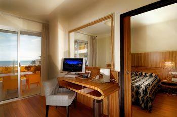 FEELING SUITE:Suite di 32 mq formata da due locali separati: un soggiorno con divano e una camera, con una meravigliosa vasca idromassaggio, e vista diretta sul mare. Perfetta sia per una coppia romantica, che per una famiglia di 4 persone. DOTAZIONI 32m2 + Terrazzo, TV Sat LCD, Frigobar, Phon, Clima, Cassaforte, Salottino con divano letto, Vasca idromassaggio, connessioni internet Wi.Fi e Sky.