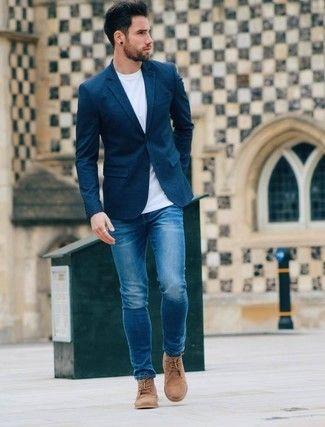 Tenue: Blazer bleu marine, T-shirt à col rond blanc, Jean bleu, Bottines chukka en daim brunes claires