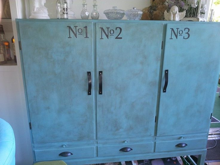 Painted with Annie Sloan Chalkpaint, put leather straps on doors and metal handels on the drawers.
