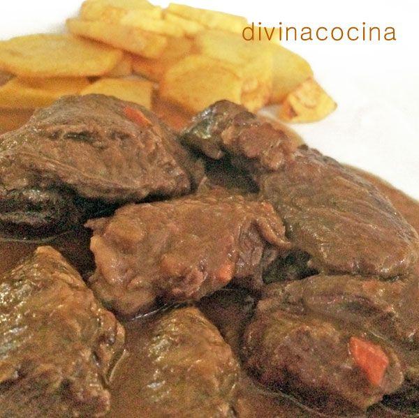 La carrillada de ibérico en salsa es un plato sencillo, y la carne siempre resulta tierna y melosa. La puedes acompañar con puré de patatas, patatas fritas, o un arroz blanco.