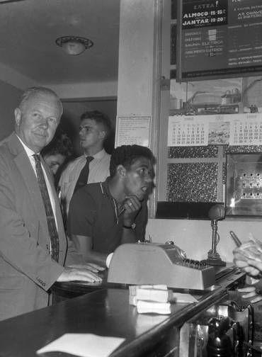 Concentração. Garrincha no balcão do hotel, em Nova Friburgo, em abril de 1962