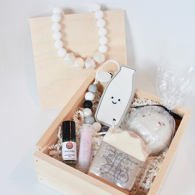 Just in time for the holidays, you can shop our new collection of Heirloom baby boxes. These boxes are filled with beautiful gifts for the Mama AND baby! All locally made and beautifully gift wrapped, these Heirloom boxes make for a thoughtful gift this holiday season.