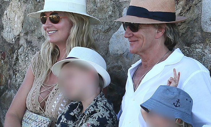 Rod Stewart and Penny Lancaster get passerby to take holiday snap