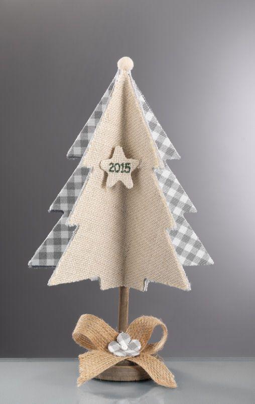 www.mpomponieres.gr Επιτραπέζιο τρισδιάστατο χριστουγεννιάτικο δεντράκι φτιαγμένο από λινάτσα και ύφασμα καρώ γκρι, διακοσμημένο με μικρο μικρο αστεράκι που έχει κεντημένο 2015 και όλο είναι στερεωμένο πάνω σε ξύλινη βάση. Όλα τα χριστουγεννιάτικα προϊόντα μας είναι χειροποίητα ελληνικής κατασκευής. http://www.mpomponieres.gr/xristougienatika/epitrapezio-xristougeniatiko-dentraki-me-ekrou-linatsa.html #burlap #christmas #ornament #felt #stolidia #xristougenniatika