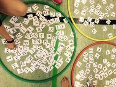 Scrabbel im Sportunterricht. Die Druckvorlage gibt es bei uns als Zugabe zu unserem Zwergenspiel.