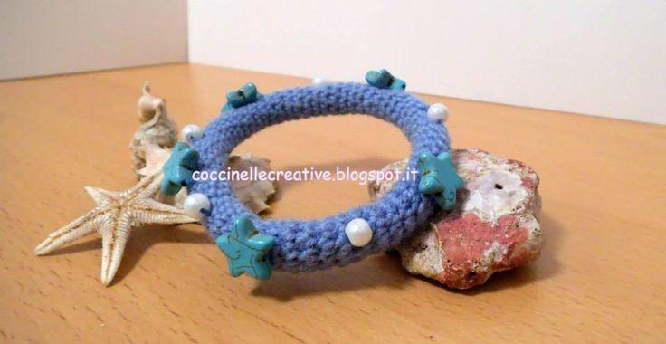 Bracciale Amigurumi uncinetto, per informazione e schema dettagliato ⇩ http://coccinellecreative.blogspot.it/2013/09/bracciale-rigido-stelline-e-perline.html