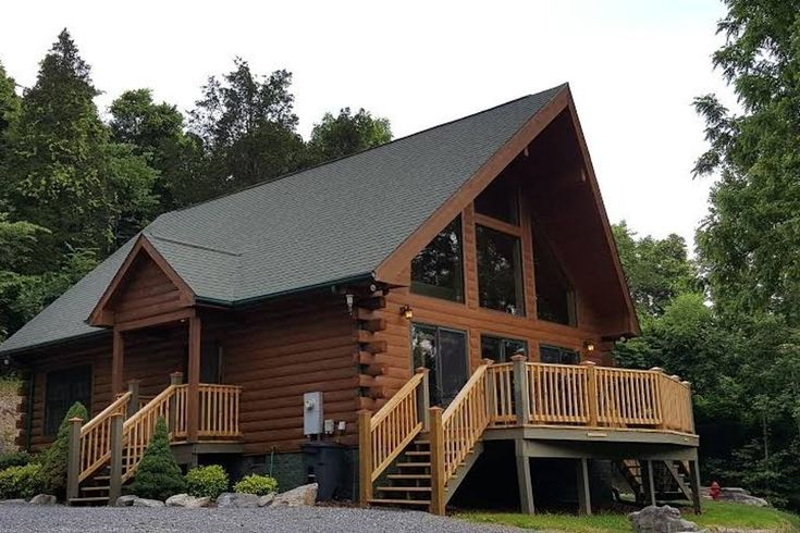 Entire home/flat in Piney Flats, United States. Gorgeous cabin in Piney Flats, Tennessee. Minutes away from Bristol Motor Speedway, Rhythm & Roots Reunion, ETSU, and central to all of the Tri-Cities! Boone Lake home. Less than an hour to skiing and Appalachian Trail. Mountain feel with privacy.