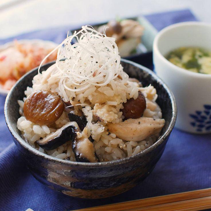 「サムゲタン風炊き込みご飯」のレシピと作り方を動画でご紹介します。お家にある材料で簡単にあの味を再現!ご飯が手羽先の旨みをたっぷり含み、ボリュームたっぷりのひと品になりました。甘栗のほくほく食感もポイントです♪